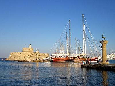 Вид на порт Мандраки в Родосе