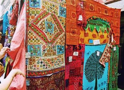 Испания: купить цветные покрывала и платки