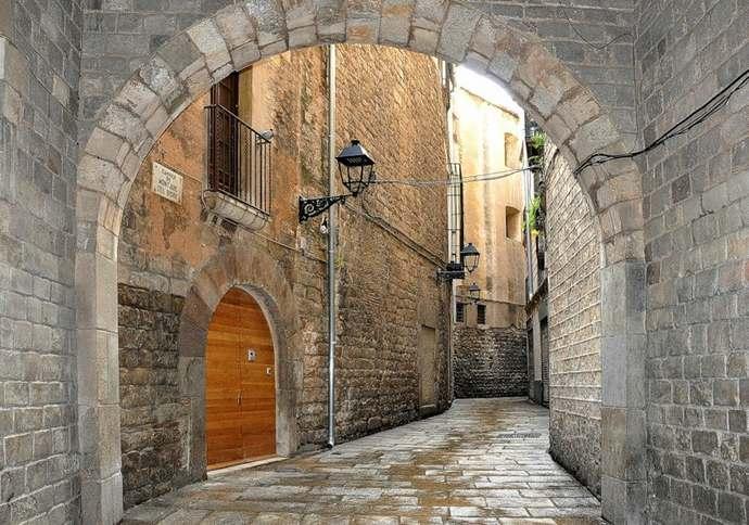 улочки и дворики готического квартала в барселоне