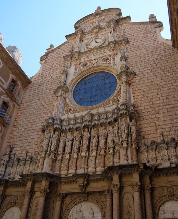 апостолы на фасаде монастыря Монтсеррат