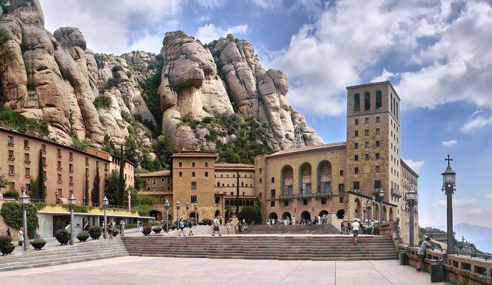 фасад монастыря Монтсеррат