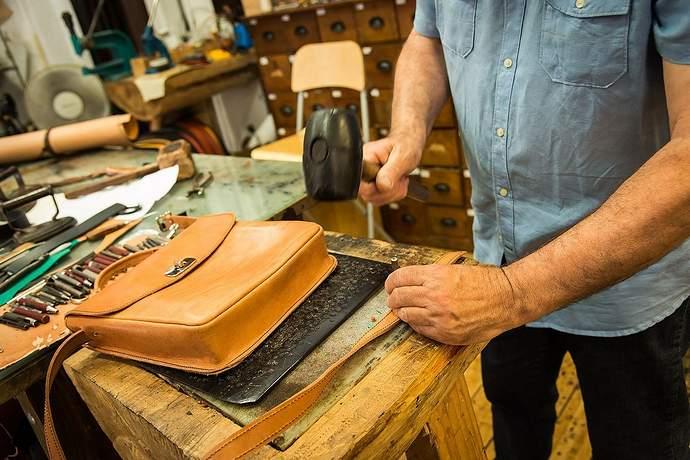 кожаные изделия на подарок из испании