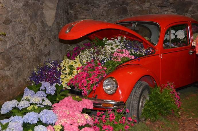 праздники и фестивали Жироны: автомобиль на фестивале цветов