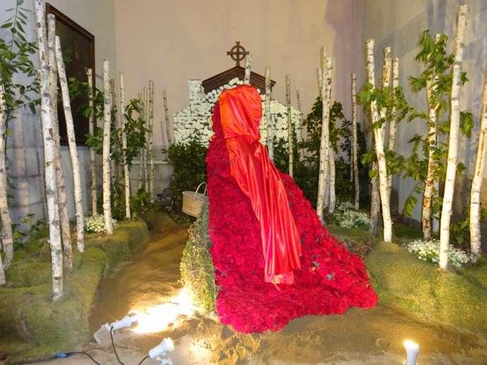праздники и фестивали Жироны: красная шапочка на фестивале цветов