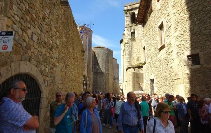 праздники и фестивали Жироны: толпы народа на фестивале цветов
