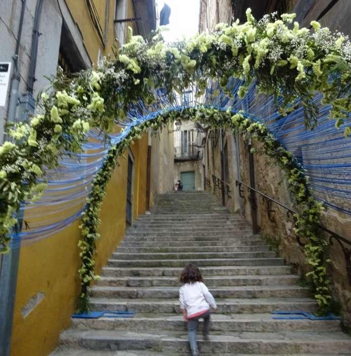 праздники и фестивали Жироны: украшенные улицы во время фестиваля цветов