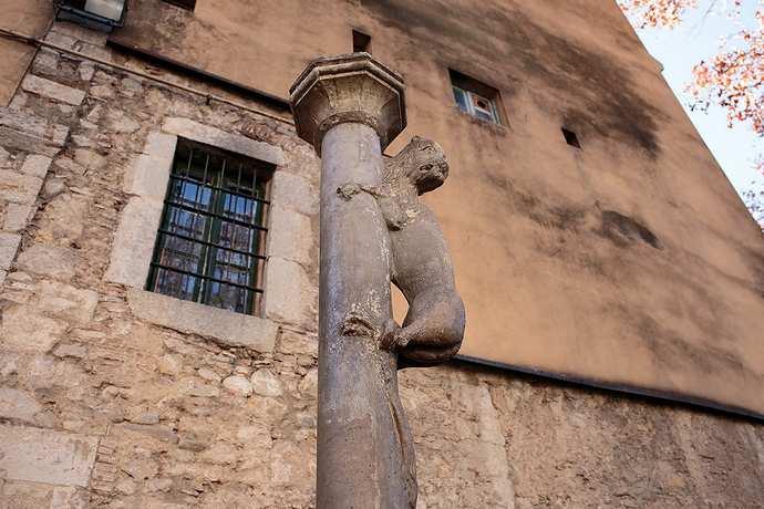 статуя льва символ жироны